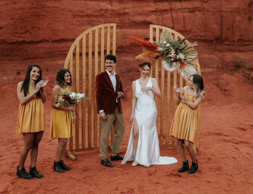 Une arche pour une cérémonie de mariage Laïque dans le Colorado Provençal